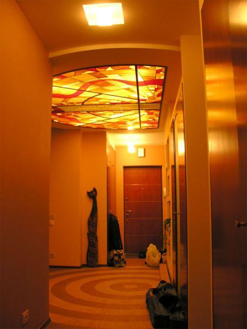 Дизайн потолка в коридоре - витраж.